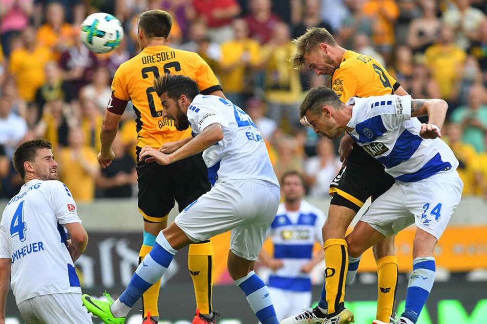Der Augenblick des Sieges: Lucas Röser (Nr. 9) rammt die Kugel per Kopf ins Duisburger Tor. Erstes Spiel, erster Treffer - so kann es weitergehen.