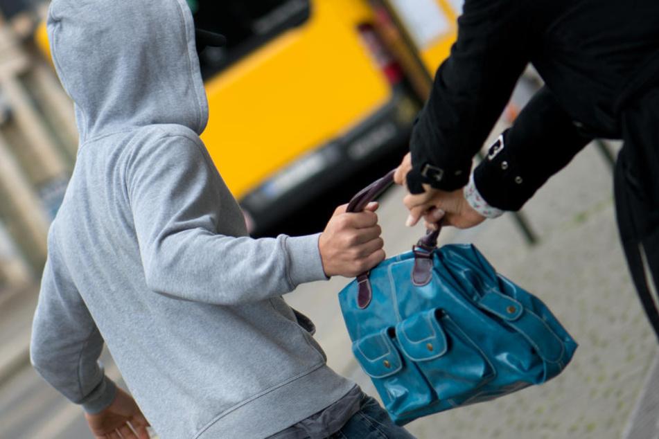 Der Täter entriss der Frau ihre Tasche und flüchtete. (Symbolbild.)