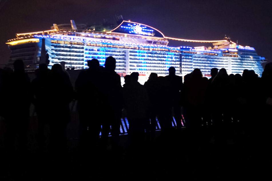 Tausende Verfolgen Taufe Von Neuem Kreuzfahrtriesen Im Hafen
