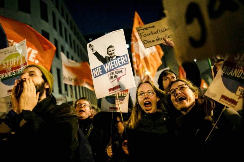 Demonstranten protestieren vor der Bundesgeschäftsstelle der FDP gegen das Verhalten der FDP bei der Wahl des Fraktions- und Landesvorsitzender der FDP in Thüringen zum Ministerpräsidenten des Bundeslandes Thüringen.