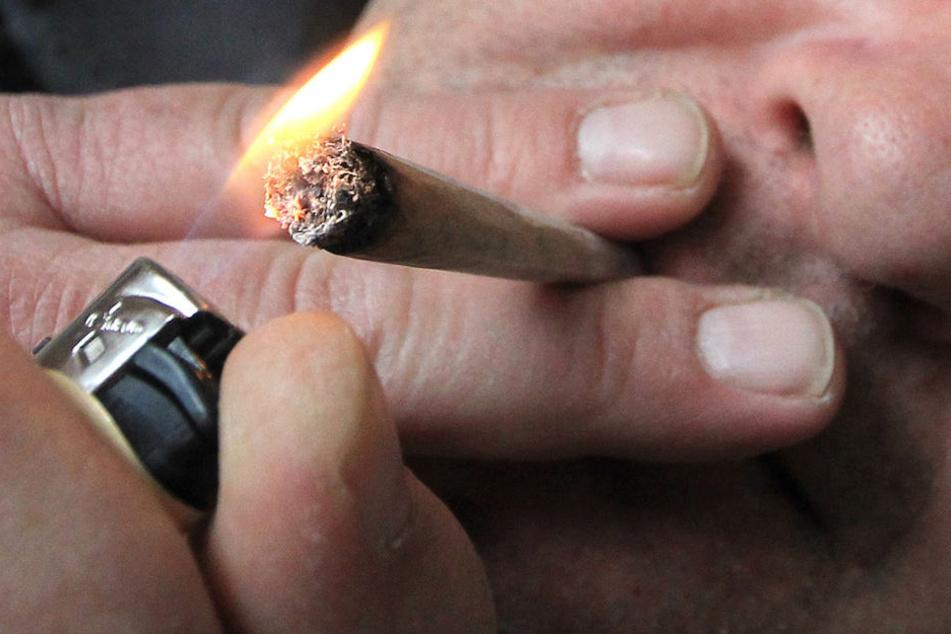 Junge Leute in Deutschland drehen sich immer häufiger einen Joint.
