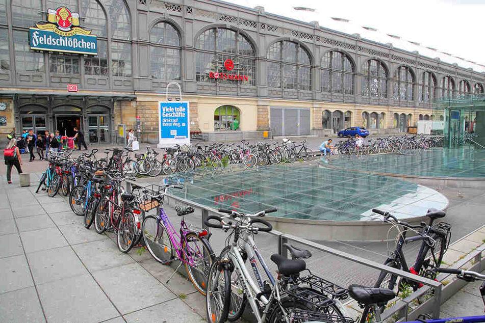 Mit seiner defekten Brunnenanlage und der Vielzahl achtlos abgestellter Fahrräder sieht der Wiener Platz wenig einladend aus.