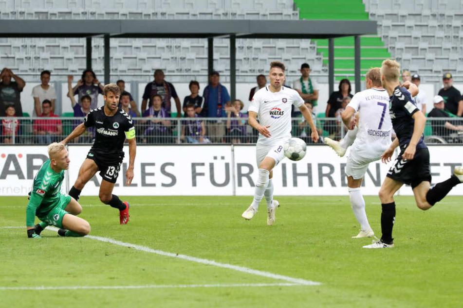 Jan Hochscheidt (2.v.r.) trifft zum 2:0 in Fürth - der Auswärtssieg ist in Sack und Tüten. Nur blieb es bis dato der einzige für Veilchen ...