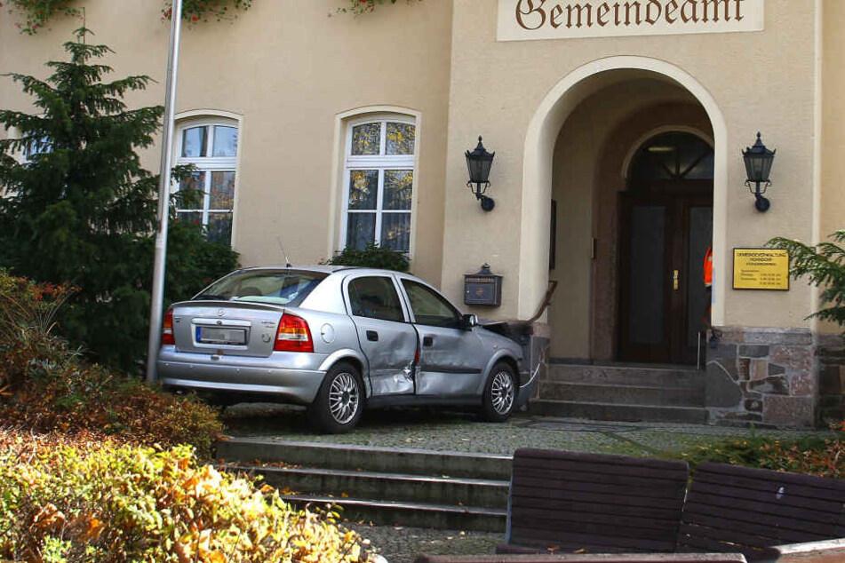Der Opel flog über die Treppen und landete neben dem Eingang.