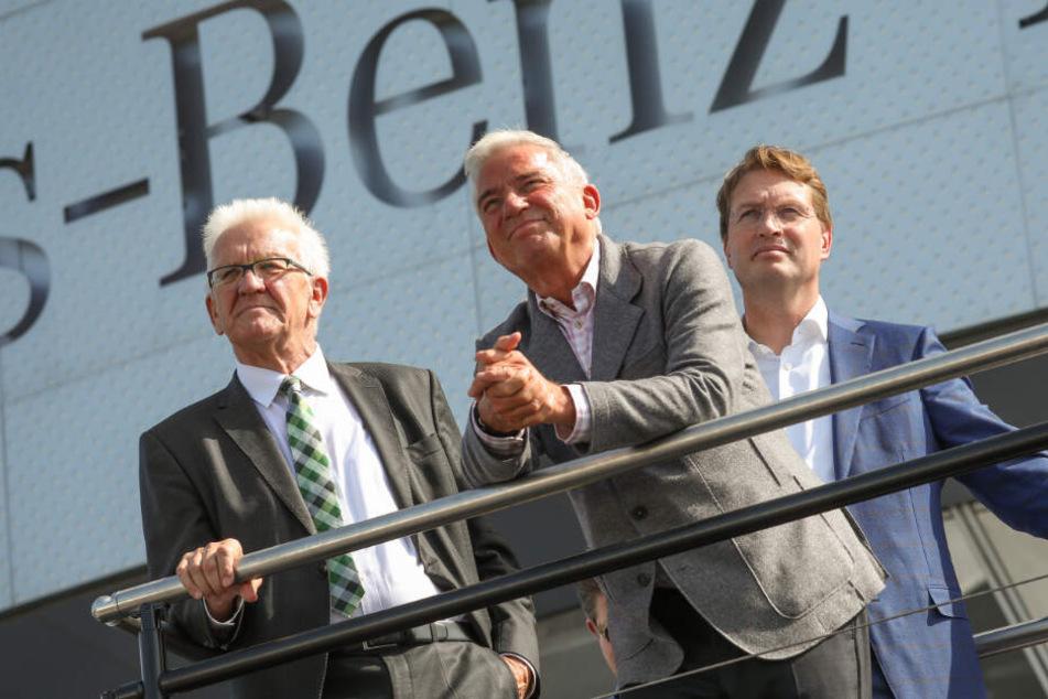 Winfried Kretschmann, Ministerpräsident von Baden-Württemberg, Innenminister Thomas Strobl (CDU) und Ola Källenius, Vorstandsvorsitzender der Daimler AG beobachten den ersten Flug eines Volocopters (v.l.n.r. im Bild).