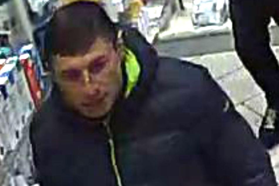 Dieser Mann soll einer von vier gewesen sein, der in der Apotheke gestohlen hat.