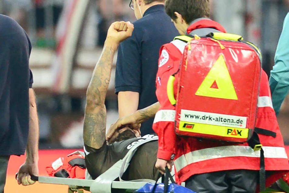 Gibt nicht auf: Christopher Avevor wird verletzt vom Platz getragen und hebt die geballte Faust.