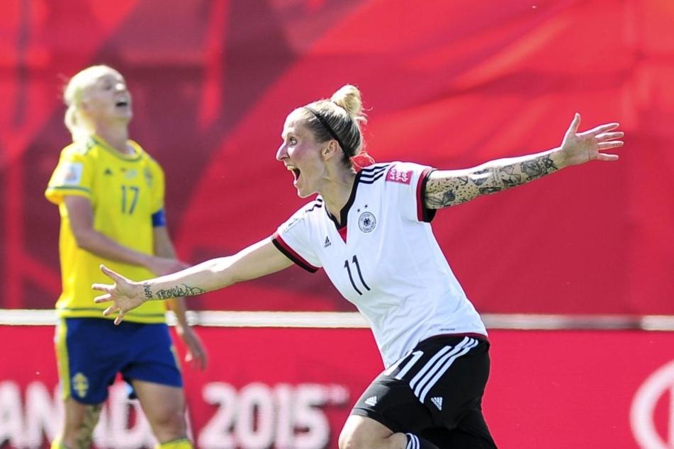 Ihr sportlicher Höhepunkt: Anja Mittag (M.) holte mit dem deutschen Team Olympia-Gold.