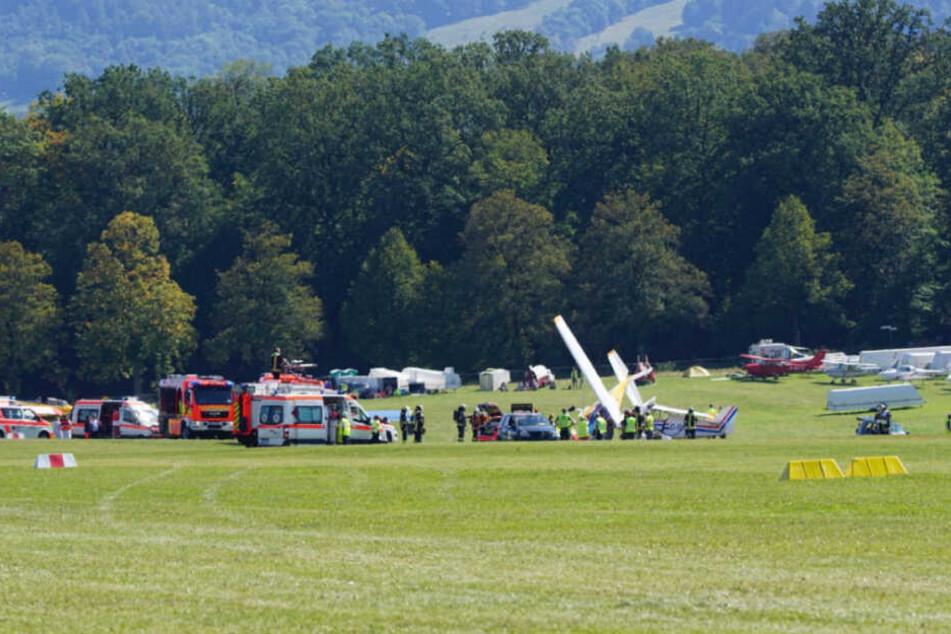 Rettungskräfte sind an der Unfallstelle auf der Hahnweide im Einsatz.