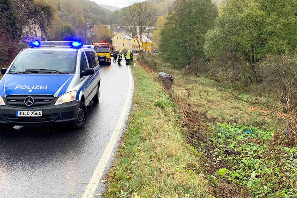 An der Unfallstelle wurde die Straße durch die Polizei für den Rettungseinsatz abgesperrt.