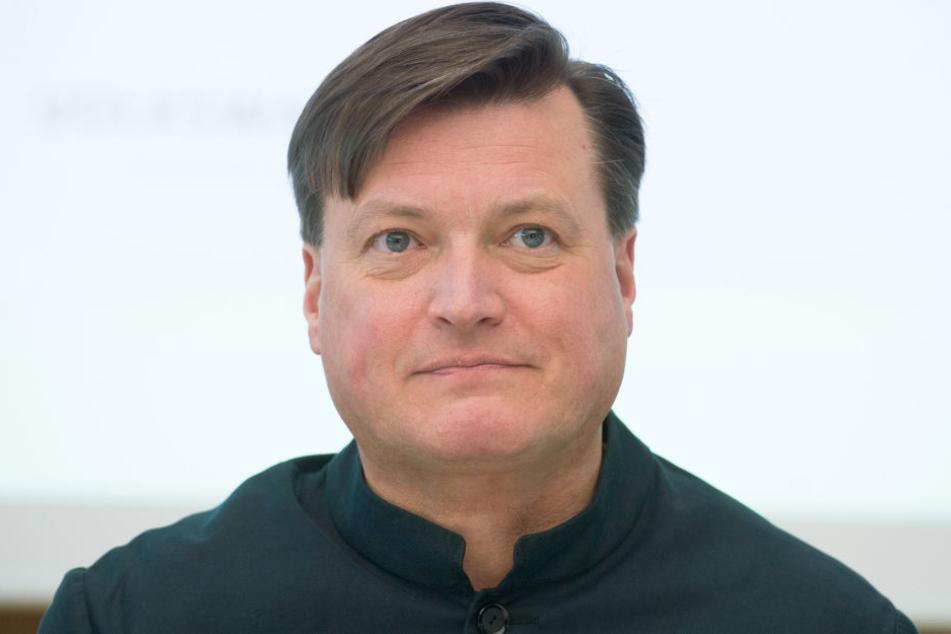 Der 59-Jährige ist Chefdirigent der Staatskapelle Dresden.