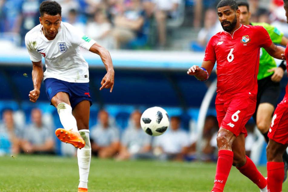 Das schönste Tor des Spiels: Jesse Lingard (l.) erzielte mit einem herrlichen Schlenker das zwischenzeitliche 3:0 für England. Panamas Gabriel Gómez (M.) und Fidel Escobar (l.) können nicht mehr entscheidend eingreifen.