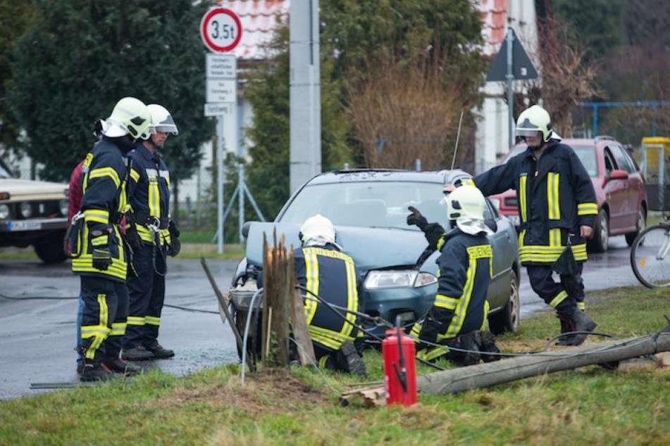Die Kamenzer Feuerwehr untersuchte das Unfallfahrzeug.