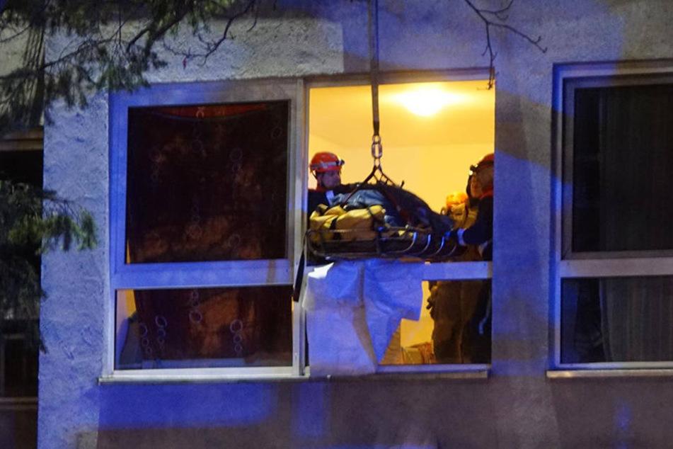 Mit einer Spezialtrage wurde der Tote durch das Fenster gehoben.