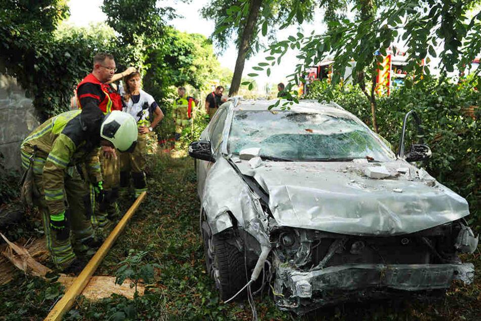 Heftiger Schaden am Honda: Die Polizei ermittelt gegen den betrunkenen Fahrer.