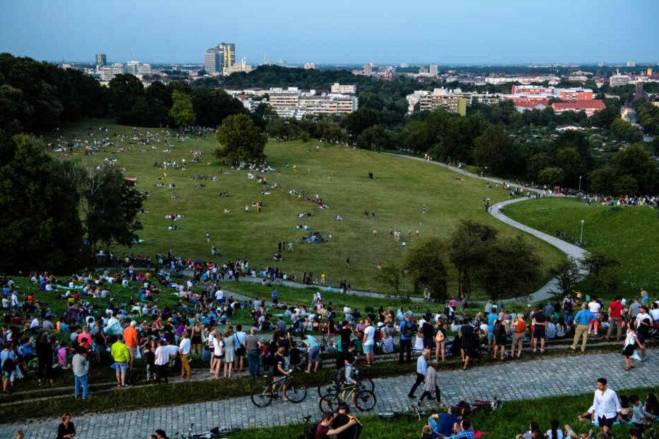 Dort hatten zahlreiche Menschen auf dem Olympiaberg der Mondfinsternis entgegen gefiebert.