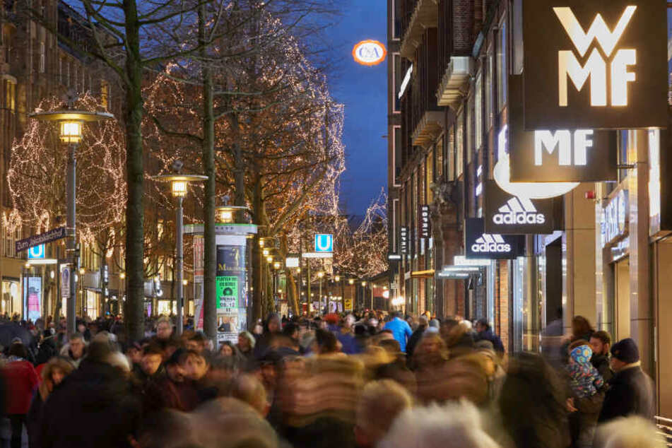 Die Mönckebergstraße ist vor Weihnachten voll mit Besuchern.