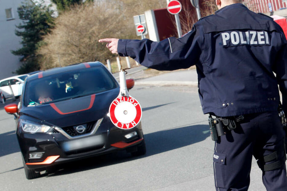 Und halt! Dieses Auto wird gleich von den Polizisten unter die Lupe genommen (Symbolfoto).