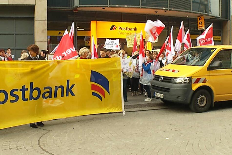 Die Protestierenden trafen sich am Freitagmorgen vor der Postbank-Filiale Am Brühl.