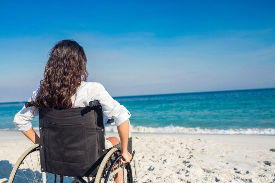 Die Frau sitzt seit dem Unfall im Rollstuhl (Symbolfoto).
