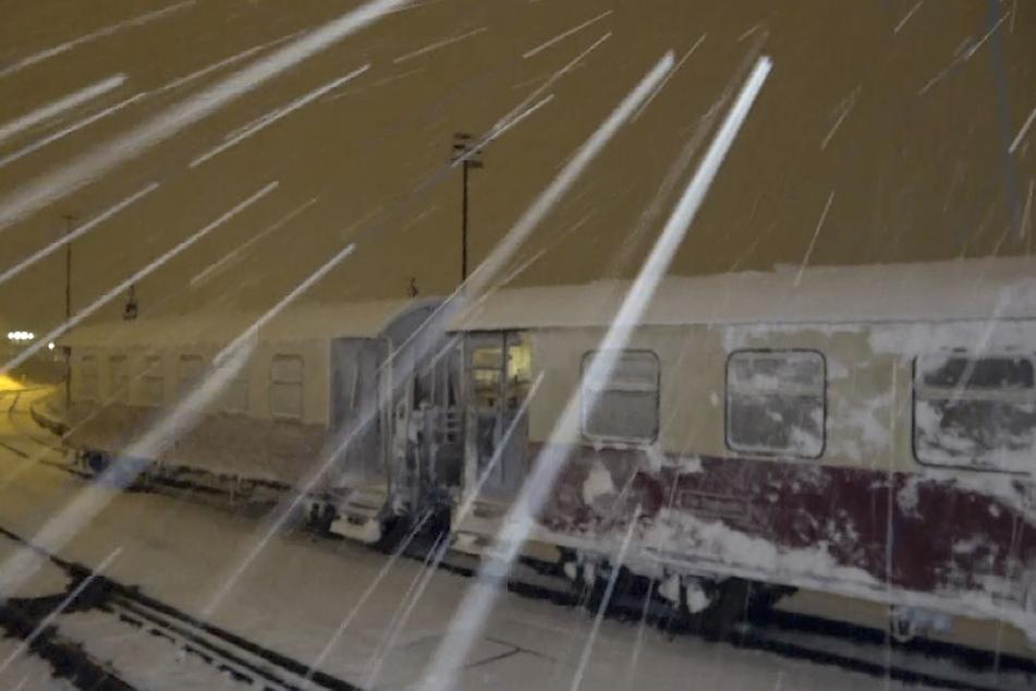 Die Brockenbahn war auf der Strecke zwischen Drei-Annen-Hohne und dem Brockenbahnhof unter Schneemassen begraben. Einsatzkräfte hatten sie mühevoll freigeschaufelt.