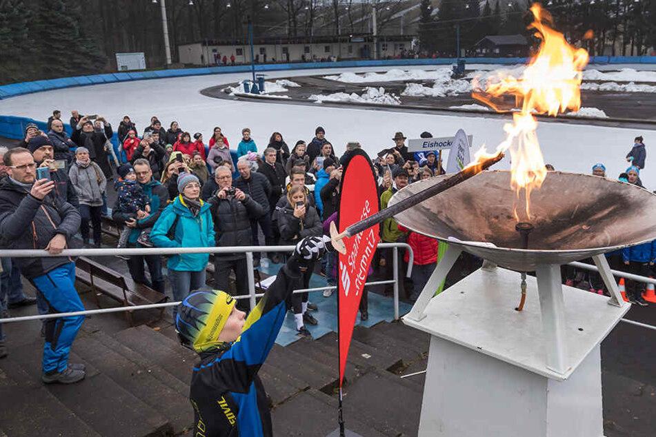 Lasst die Spiele beginnen: Eisschnellläufer Yannik Schuhmacher (11) entzündet das olympische Feuer im Eiszentrum.
