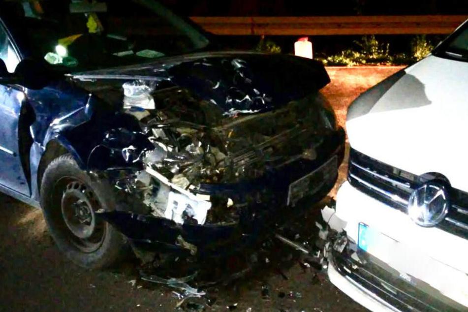 Frontal-Crash! Suff-Fahrer kracht in Auto, zwei Verletzte