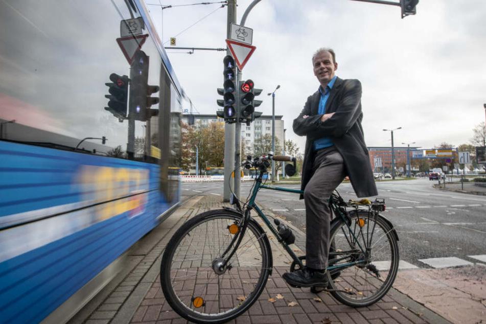 Ralph Sontag (51) vom ADFC sieht Verbesserungsbedarf für Radfahrer am Falkeplatz.