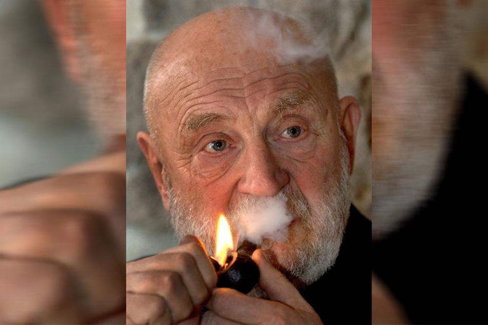 Für ihn zeitlebens ein Genuss: Rolf Hoppe entzündet seine geliebte Pfeife.