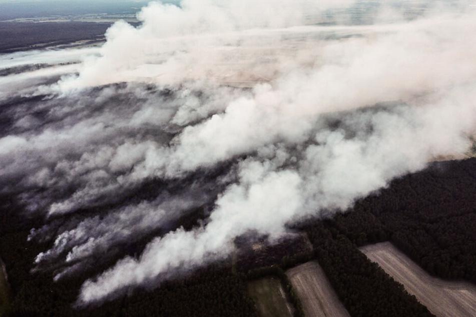 Rauch steigt während des Waldbrandes in der Nähe von Jüterbog auf.