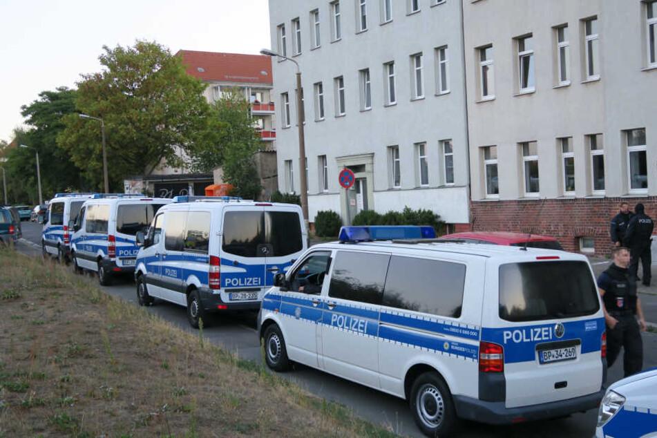Im Visier der Beamten: Sieben Personen, die im Verdacht stehen, Dokumente für Schleusungen zu fälschen.