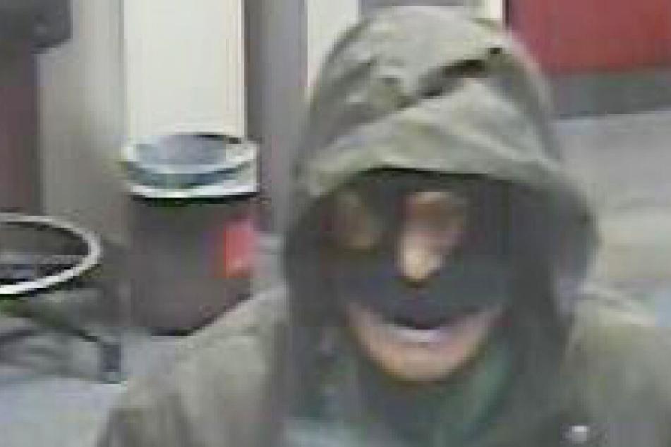 Eine Überwachungskamera nahm den Bankräuber auf. Ist es Michael Jauernik?