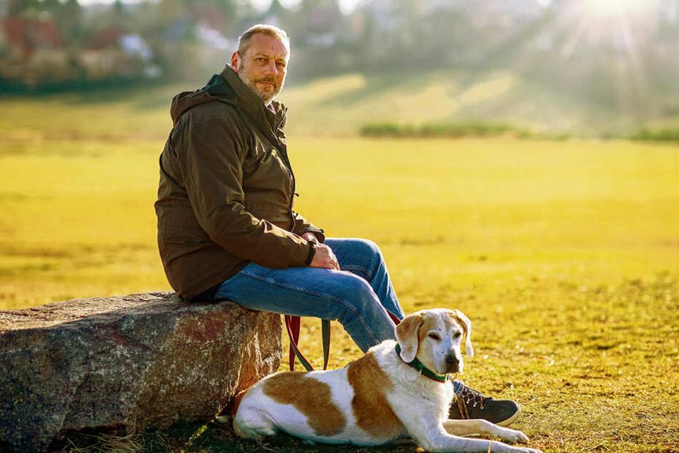 """Stephan Bast (58) mit seinem Laborhund """"Tünnes"""" (13). Der Hund kam mit neun Monaten aus einem Uni-Labor frei, an Tünnes wurden Versuche für Welpenfutter durchgeführt."""