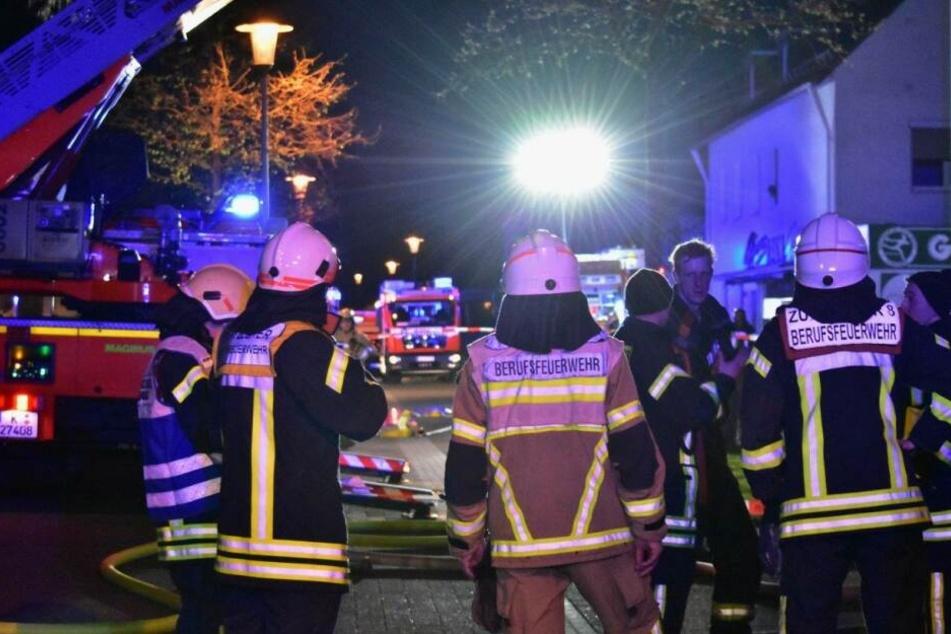 Zahlreiche Feuerwehrleute waren an dem Rettungseinsatz in Merheim beteiligt.