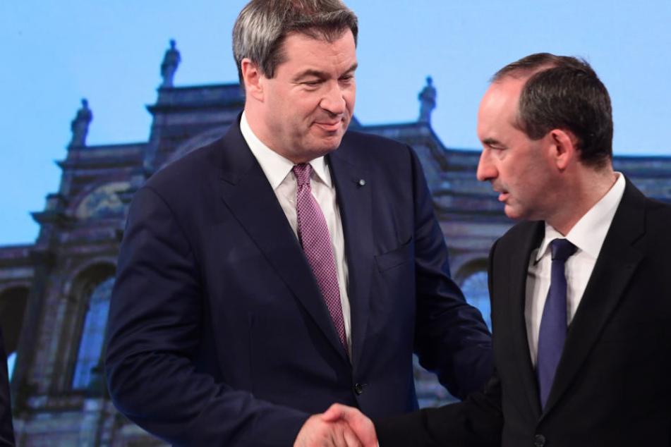 Markus Söder (l) und Hubert Aiwanger müssen die Bedingungen für eine mögliche Koalition von CSU und Freien Wählern noch verhandeln.