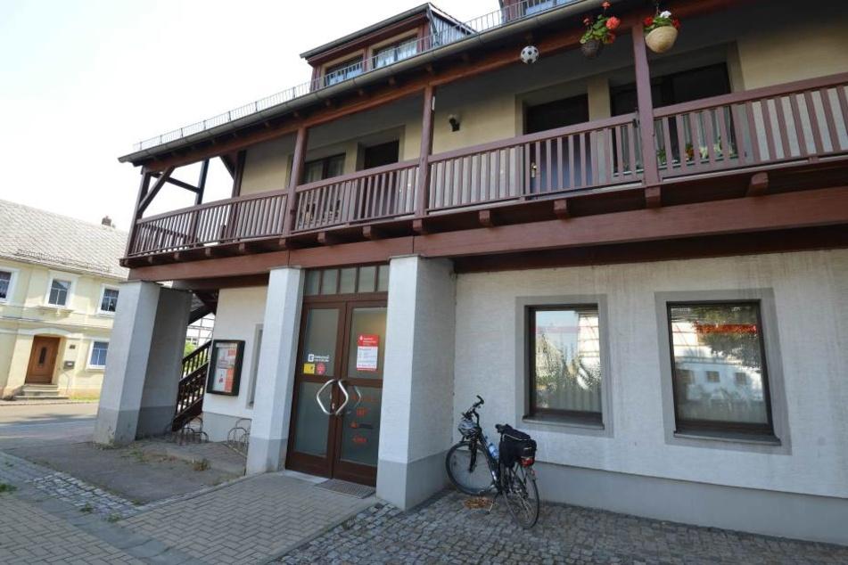 Es handelt sich um diese Sparkassen-Filiale im Striegistaler Ortsteil Marbach.