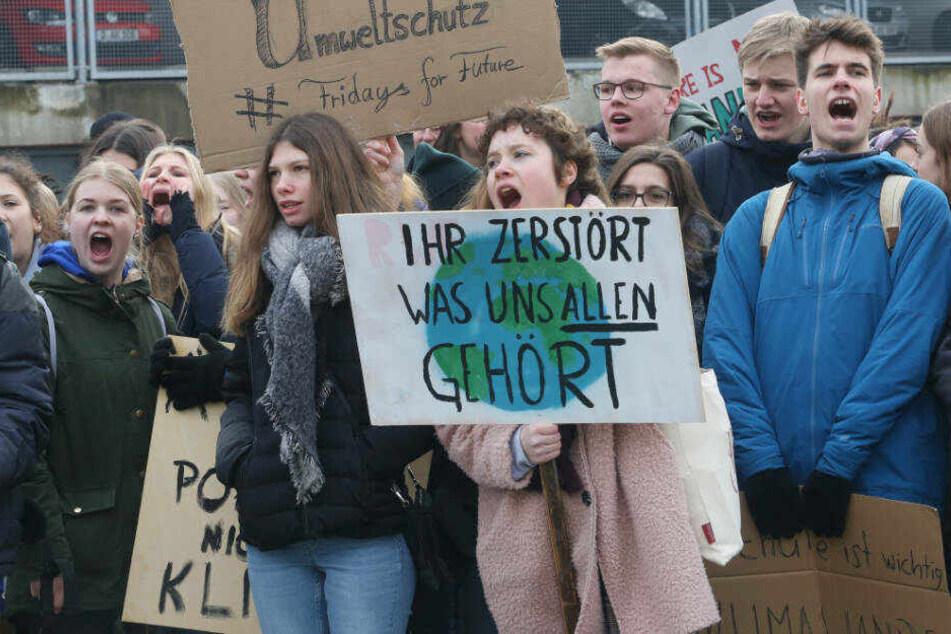 Schüler protestieren in Düsseldorf für Klimaschutz.