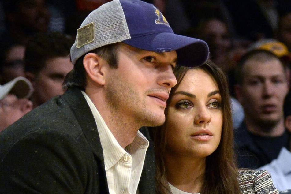 Ashton Kutcher und Mila Kunis bei einem Basketballspiel der Los Angeles Lakers.