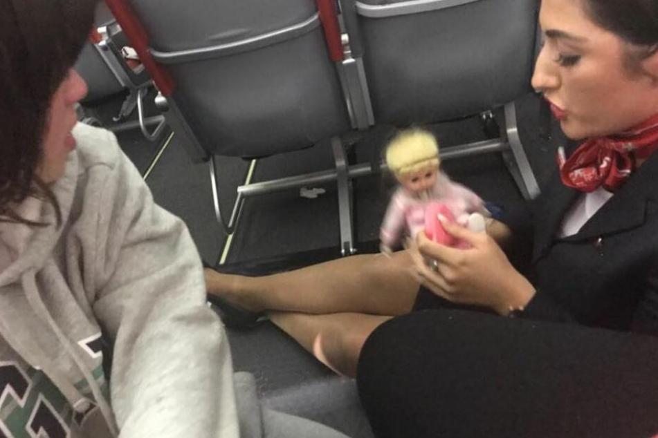 Helen Estellas autistischer Sohn mit seiner Puppe und einer Mitarbeiterin.