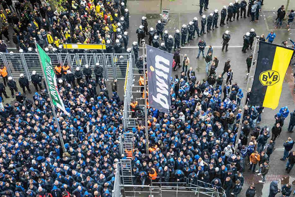 Die Polizei ist mit vielen Einsatzkräften vor Ort, um die beiden rivalisierenden Fan-Gruppierungen zu trennen. Hier ein Bild vor dem Abpfiff beim Einlass der Zuschauer.