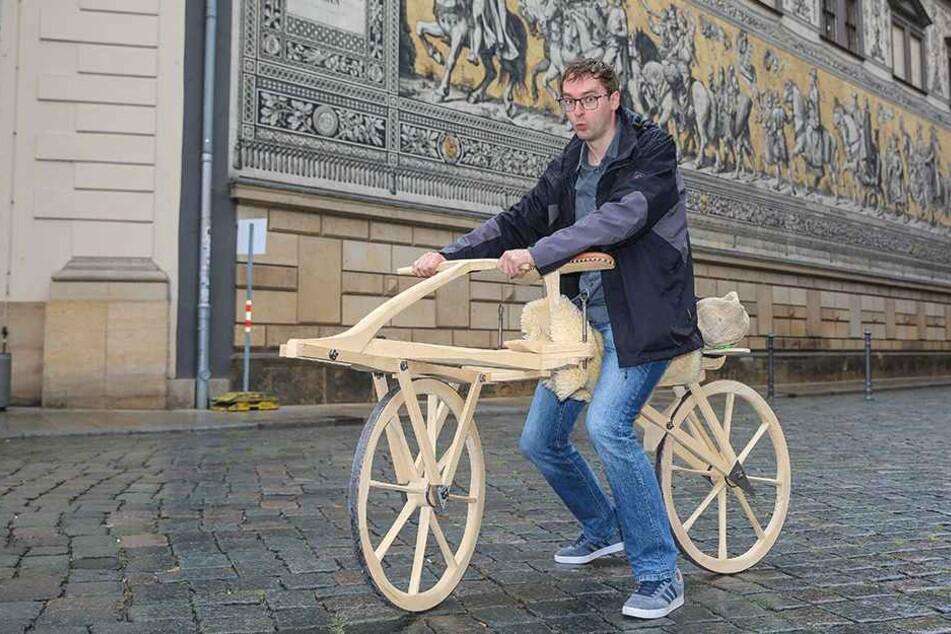 TAG24-Reporter Hermann Tydecks (35) auf einem Nachbau der ersten historischen Laufmaschinen.