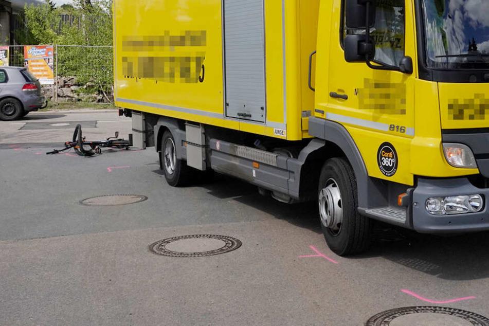 Laster erfasst Fahrrad: Radler schwer verletzt