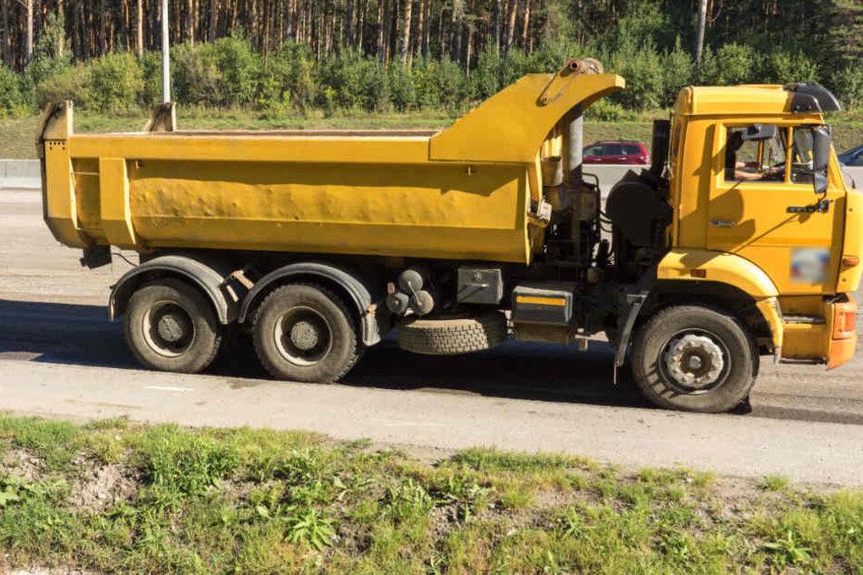 Ein selbstgebauter Pool auf der Lastwagen eines Lkw ist den Männern zum Verhängnis geworden. (Symbolbild)