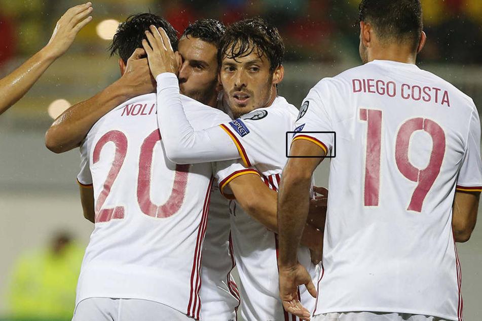 Der Bildbeweis: Piqués Kollegen tragen die spanische Flagge gut sichtbar am Trikotärmel.