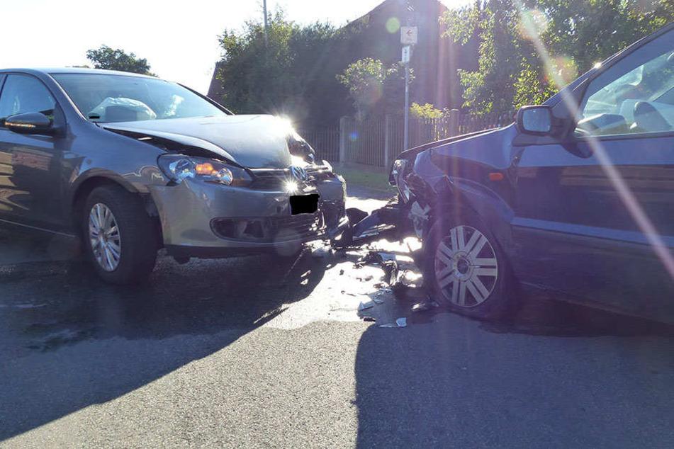 Die beiden Autos prallten frontal aufeinander und waren anschließend nicht mehr fahrtüchtig.