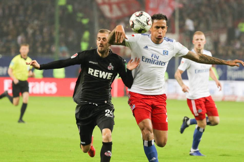 Im Spitzenspiel gegen den 1. FC Köln setzte Trainer Hannes Wolf auf Leo Lacroix. Der zahlte es mit einer guten Leistung, wie hier gegen Dominik Drexler, zurück.