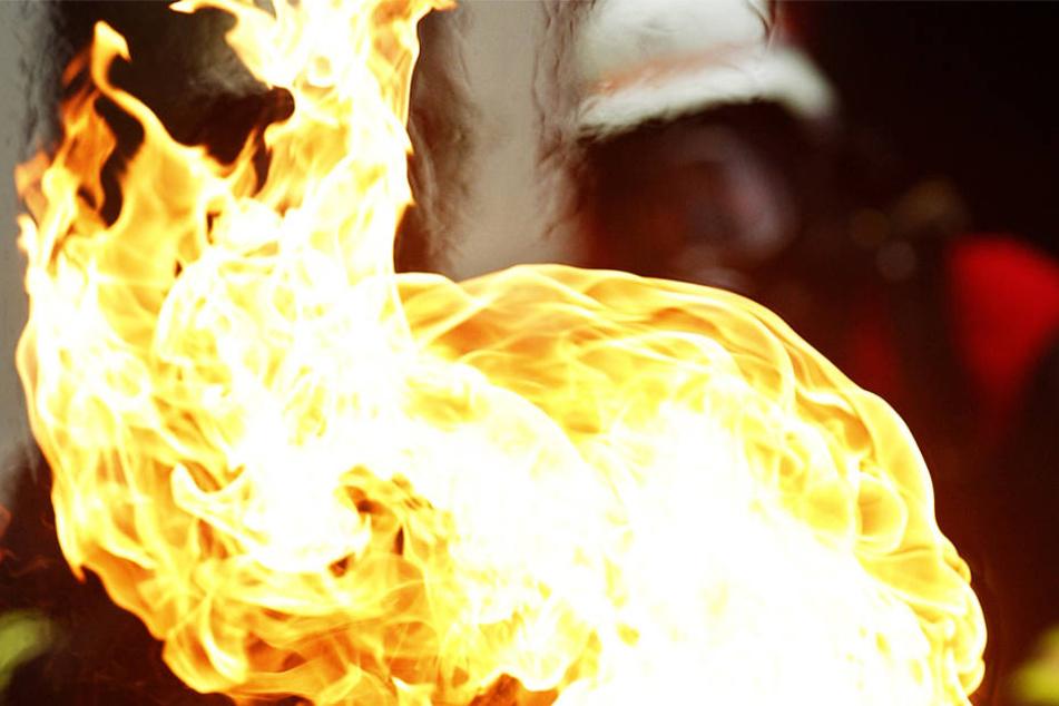 Die Feuerwehr warnt: Wer brennendes Fett mit Wasser löschen will, der erzeugt eine Stichflamme!