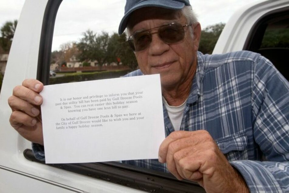 Mike Esmond (73) mit der Postkarte die 36 Familien das Weihnachtsfest versüßte.