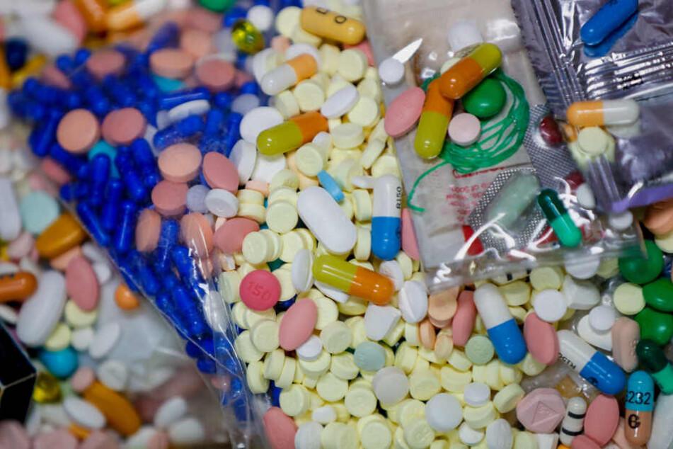 Tütenweise Medikamente wurden vom Zoll in einem Kleinbus entdeckt. (Symbolbild)