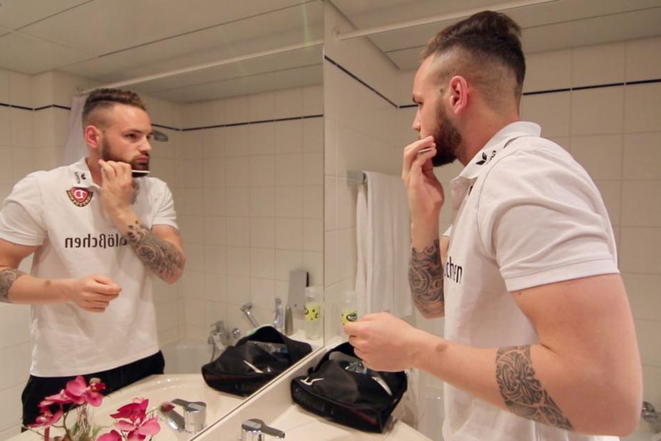 Giuliano Modica macht sich im Hotelzimmer fertig, kämmt seinen Bart und hört spanische Musik für die gute Laune.